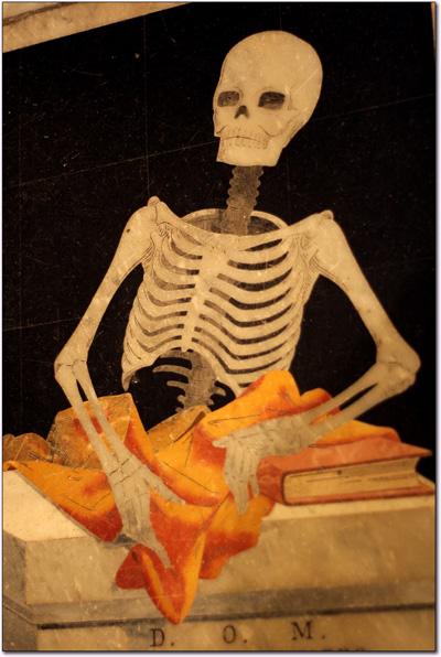 Détail d'une tombe en marbre représentant un squelette
